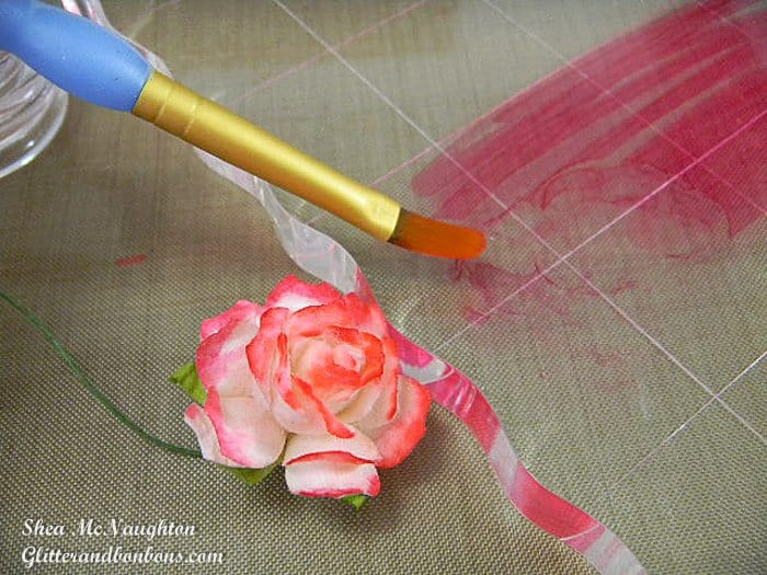 Coloring the tips of the mulberry flower